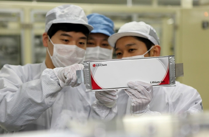 LG Chem Ltd.'s researchers inspecting lithium-ion batteries. (image: LG Chem)