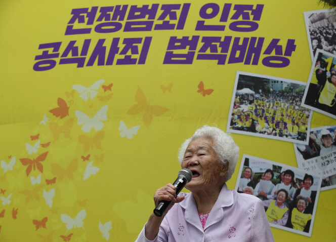 Lee Ok-sun, a victim of Japan's sex slavery, speaks during a weekly protest rally held in front of the former compound of the Japanese Embassy in Seoul on July 10, 2019, to demand Tokyo make an official apology for its wartime sex slavery. (Yonhap)