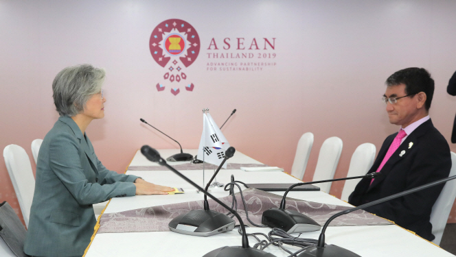 Foreign Minister Kang Kyung-wha (L) holds talks with her Japanese counterpart, Taro Kono, in Bangkok on Aug. 1, 2019. (Yonhap)