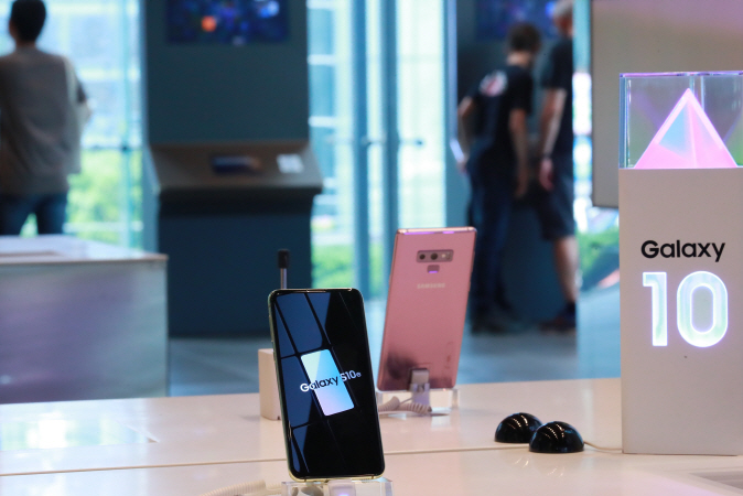 Customers experiencing smartphones at a Samsung Electronics store in Seoul. (Yonhap)