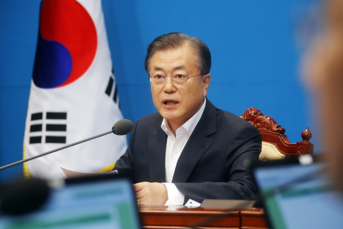 President Moon Jae-in presides over an emergency Cabinet meeting to address the trade row with Japan after Tokyo approved a bill to remove South Korea from a list of trusted trading partners, at the presidential office Cheong Wa Dae on Aug. 2, 2019. (Yonhap)