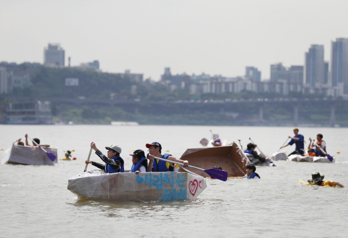Han River Park Successfully Hosts Paper Boat Race
