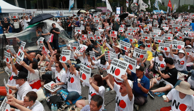 S. Koreans Censure Japan's Abe for Expanded Trade Curbs