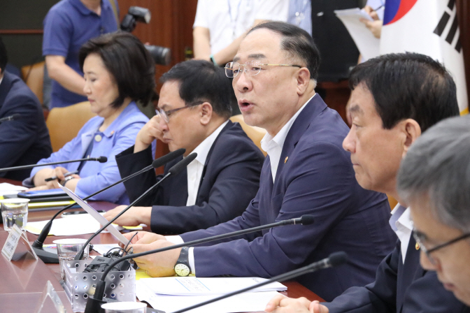 Hong Nam-ki (3rd from R), minister of economy and finance, speaks in a meeting with officials in Seoul on Aug. 5, 2019. (Yonhap)