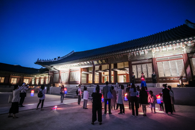 People enjoying a nighttime tour program at Gyeongbok Palace. (image: Cultural Heritage Administration)
