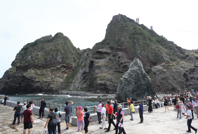 Visitors tour South Korea's easternmost Dokdo Islets on Aug. 19, 2019, when the Dokdo tour reopened after being suspended for six days due to high waves. (Yonhap)