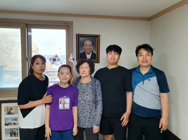 Kim Shin-yeol (C), the sole registered resident of Dokdo, poses with her family members in her home on the eastern islets on Aug. 19, 2019. (image: Ulleung County Office)