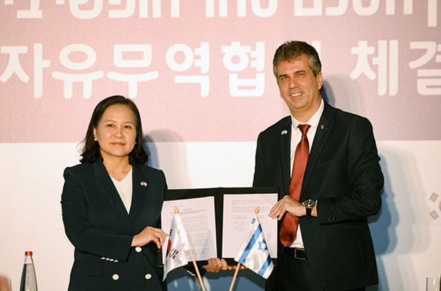 South Korea's Trade Minister Yoo Myung-hee (L) and Israel's Minister of the Economy and Industry Eli Cohen pose for photos after agreeing to a bilateral free trade agreement in Jerusalem on Aug. 21, 2019. (image: Ministry of Trade, Industry and Energy)
