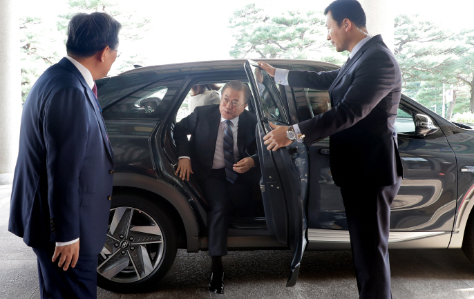 President Moon Jae-in steps out of his official car that uses hydrogen technology at Cheong Wa Dae in Seoul on Aug. 27, 2019. (image: Cheong Wa Dae)
