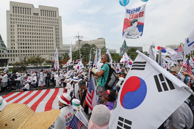 Activists supporting former president Park Geun-hye stage a rally in front of the Supreme Court in southern Seoul on Aug. 29, 2019. (Yonhap)