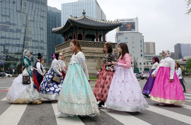 Foreign tourists wearing traditional Korean clothes. (Yonhap)