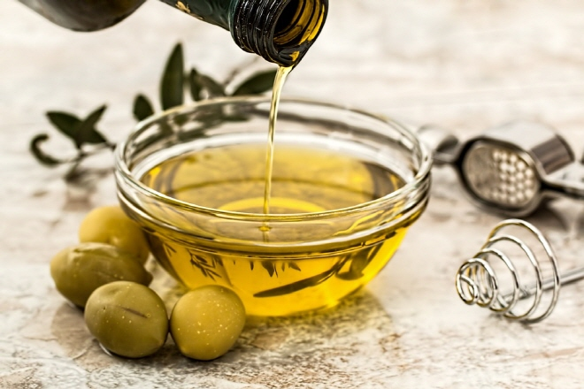 Olive oil contains large quantities of elaidic acid – 55 to 85 percent of the oil is composed of elaidic acid. (image: Pixabay)