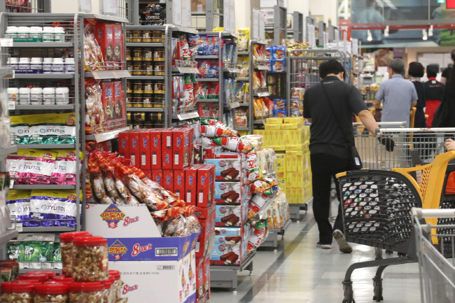 Food expenses accounted for 26.6 percent of all consumer spending in 1990, but fell to 14 percent in 2018. (Yonhap)