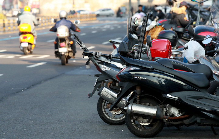 The Seoul Metropolitan Police Agency suggested that the spread of the culture of delivery through smartphone apps affected the increase in accidents. (Yonhap)