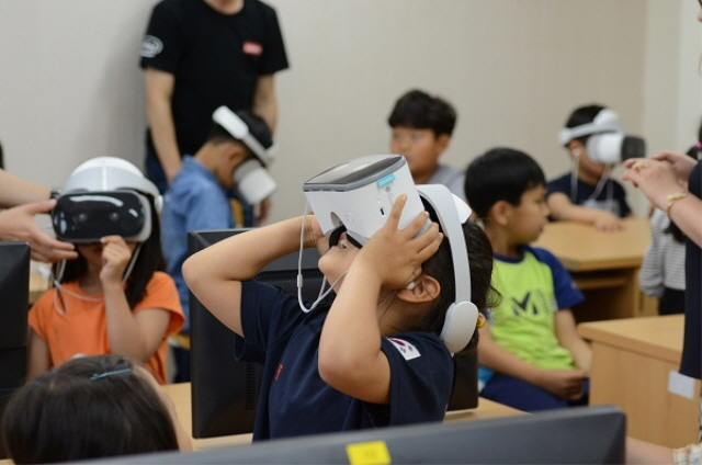 Experts argue that for the safety of students, the ministry should stop all production and distribution of VR content and conduct research on the risk of all VR content. (image: Lenovo Korea)