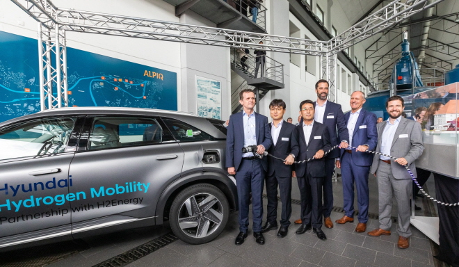 Officials from Hyundai Motor Co., H2 Energy AG, Linde AG and Alpiq AG pose for a photo at Alpiq's hydrogen power plant in Gosgen, Switzerland, on Sept. 25, 2019. (image: Hyundai Motor)