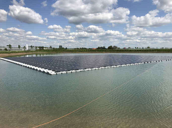 Floating solar power systems are required to have buoyant bodies that float power generation facilities on water and mooring devices that lock them up. (image: Hanwha Q Cells Co.)