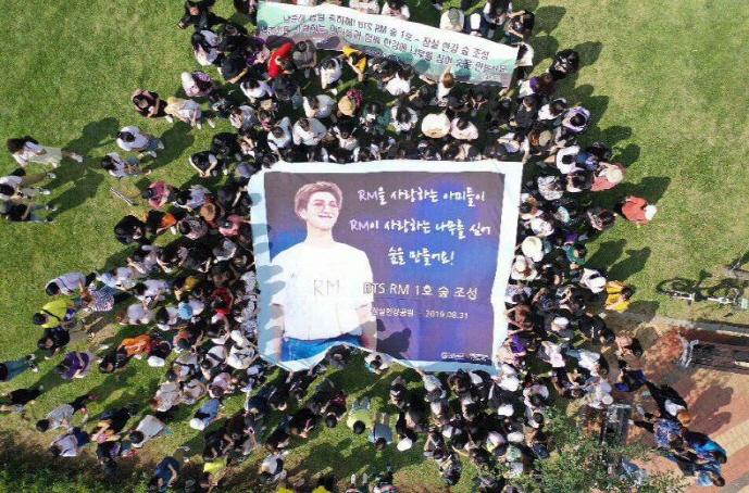 Fans gathered on Aug. 31, 2019, to create a forest in the name of RM in celebration of the BTS leader's birthday on Sept. 12. (image: Korean Federation for Environmental Movement)