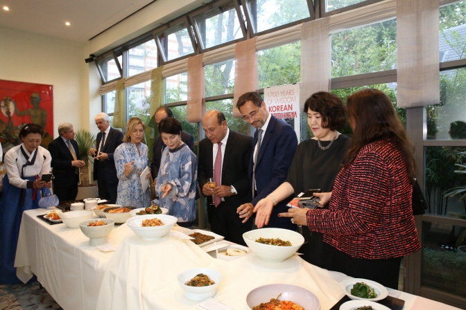 During the tasting event, visitors were able to taste various kinds of kimchi, including comparing the taste of vegetarian cabbage kimchi with regular cabbage kimchi made previously with salted fish. (image: World Institute of Kimchi)