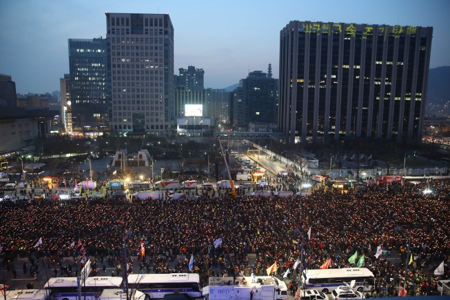 Hundrends of thousands of people take part in the ninth round of candlelight protest at Gwanghwamun Square in Seoul on Dec. 24, 2016, demanding the impeachment of then President Park Geun-hye. (Yonhap)