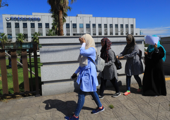 Yemeni refugee applicants leave a Jeju government building after receiving a yearlong stay permit on Sept. 14, 2018. (Yonhap)