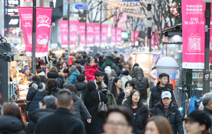 A main street in the shopping district of Myeong-dong in central Seoul on a weekend during the Korea Grand Sale 2019. (Yonhap)