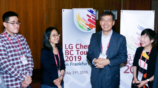 LG Chem CEO Shin Hak-cheol (2nd from R) at the firm's recruitment event held in Frankfurt, Germany on Jun. 1, 2019; (image: LG Chem)