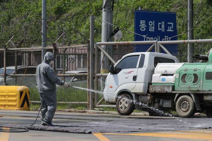 A quarantine official sprays disinfectant over a vehicle in Paju, just south of the inter-Korean border on June 3, 2019 as part of efforts to prevent an outbreak of African swine fever after North Korea reported its first confirmed case of the animal disease in May. (Yonhap)