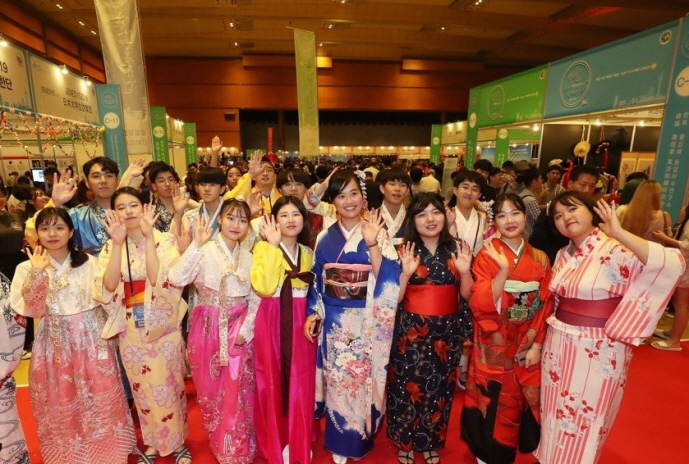 South Korean and Japanese citizens pose for a picture during the Korea-Japan Culture Festival 2019 held in Seoul on Sept. 1, 2019. (Yonhap)