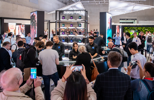 Visitors to Samsung Electronics Co.'s booth at the IFA technology show in Berlin, Germany, on Sept. 7, 2019, have a hands-on experience of the Galaxy Fold. (image: Samsung Electronics)