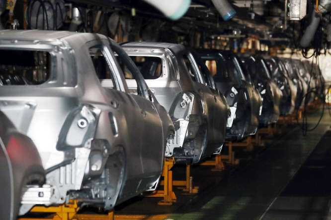 A production line at a GM Korea Co. plant in Incheon, west of Seoul, stands idle on Sept. 9, 2019, after the carmaker's unionized workers staged a full-scale strike. (Yonhap)