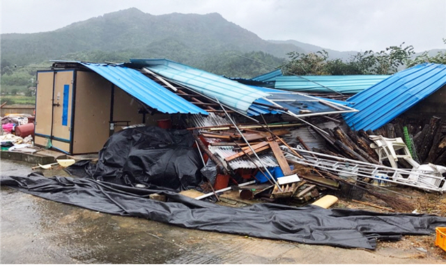 A farm warehouse damaged by Typhoon Tapah on Sept. 22, 2019. (image: Provincial office of North Jeolla Province)