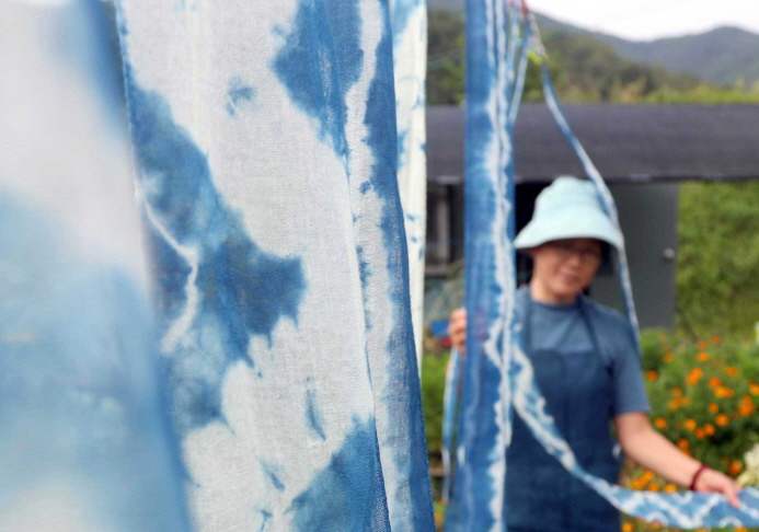Natural Dyed Cloth Dances in the Autumn Breeze