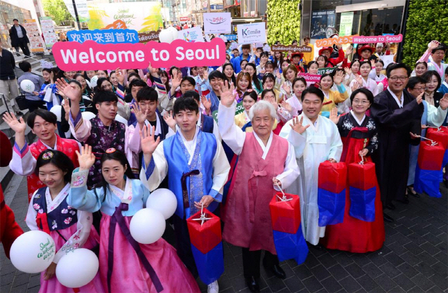 Tourist officials dressed in traditional Korean costume promoting the 2017 Seoul Welcome Week in Myeongdong in Seoul. (image: Seoul Metropolitan Government)