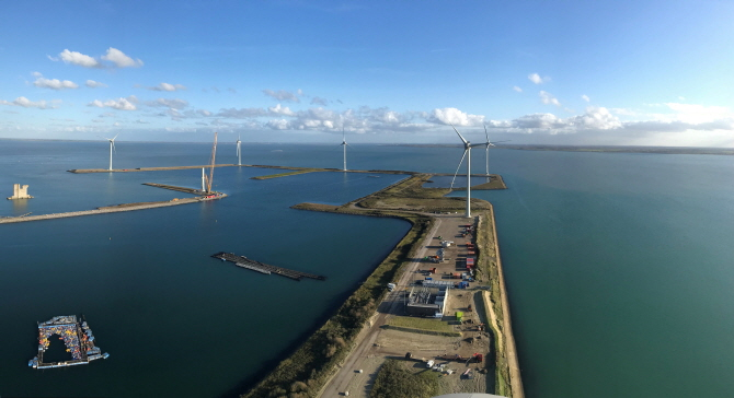 Bouwdokken wind farm. (image: Philips International B.V.)