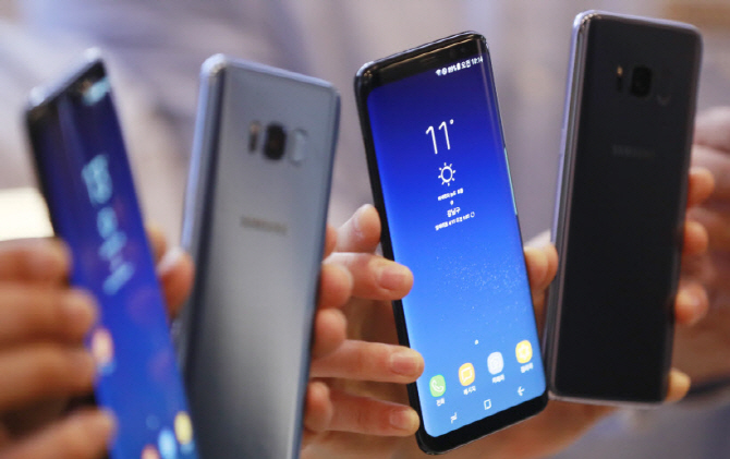 The reason why used-phone sales vary from generation to generation is because older people are more likely to use Samsung mobile phones and younger people typically use Apple's mobile phones. (Yonhap)