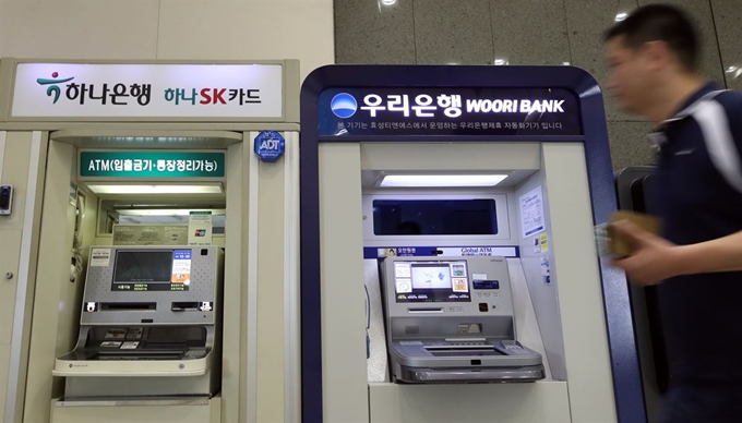 Since mid-August, the FSS has probed Woori Bank, KEB Hana Bank and brokerage firms and asset managers that sold the derivatives products linked to foreign interest rates. (Yonhap)
