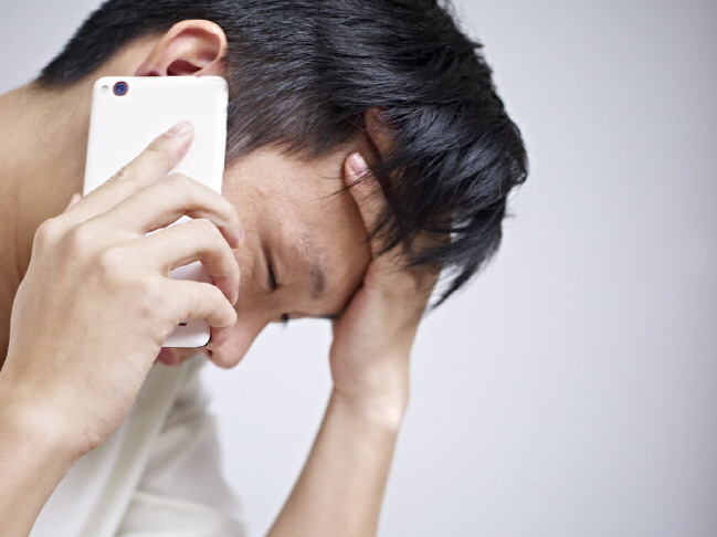 Among the respondents, 49.2 percent said that the biggest cause of call phobia came from being used to messenger apps, sending texts, and engaging in 'untact' conversations. (image: Korea Bizwire)