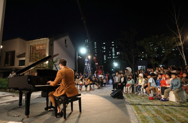 "German native entertainer Daniel Lindemann plays the piano at the ""Zero Energy Recital"" held at RoRen House in Sejong City. (image: Ministry of Land, Infrastructure and Transport)"