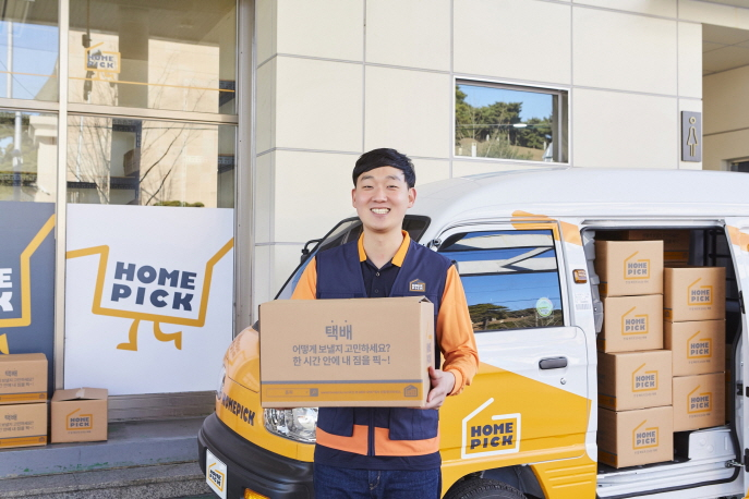 A Homepick deliveryman holding a box at a gas station in Seoul. (image: SK Innovation Co.)