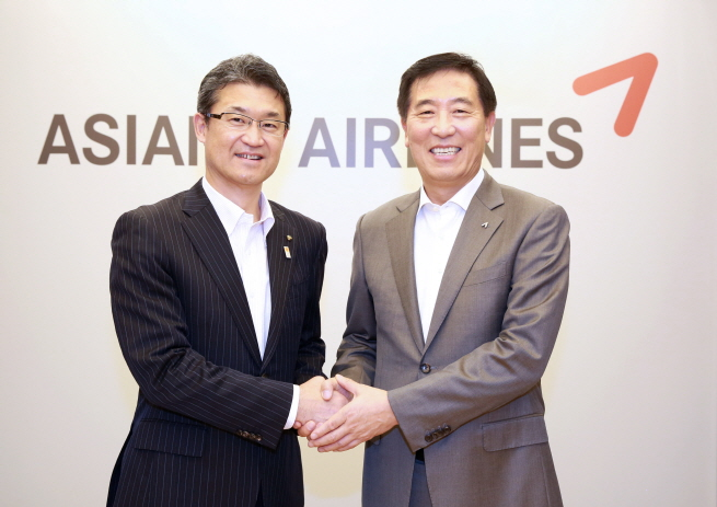 Asiana Airlines President & CEO Han Chang-soo (R) shakes hands with Miyazaki Prefecture Gov. Kohno Shunji on Oct. 23, 2019, after discussing ways to keep the Incheon-Miyazaki route amid bilateral trade tensions. (image: Asiana Airlines)