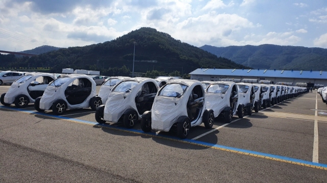 Twizy ultra-compact electric cars lined up at a port before being shipped to Europe. (image: Renault Samsung Motors)