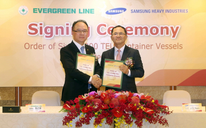 Samsung Heavy Industries President Nam Joon-Ou (R) shakes hands with Anchor Chang, Chairman of Evergreen Marine Corp., after signing a contract on Oct. 8, 2019. (image: Samsung Heavy Industries)