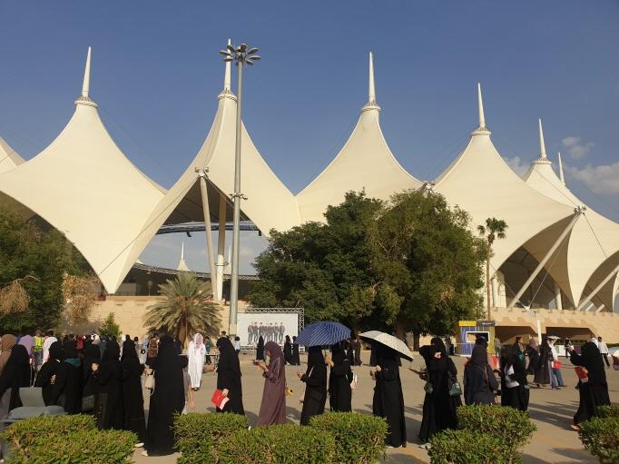 Saudi Arabian fans line up to buy BTS merchandise at booths set up around King Fahd International Stadium in Riyadh, on Oct. 10, 2019. (Yonhap)