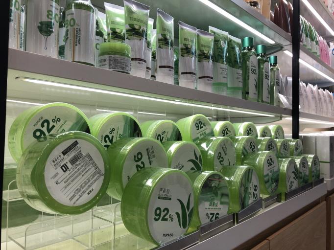 An aloe product displayed at a MUMUSO store. The aloe product is an imitation of a product of South Korean cosmetics maker Nature Republic. (Yonhap)