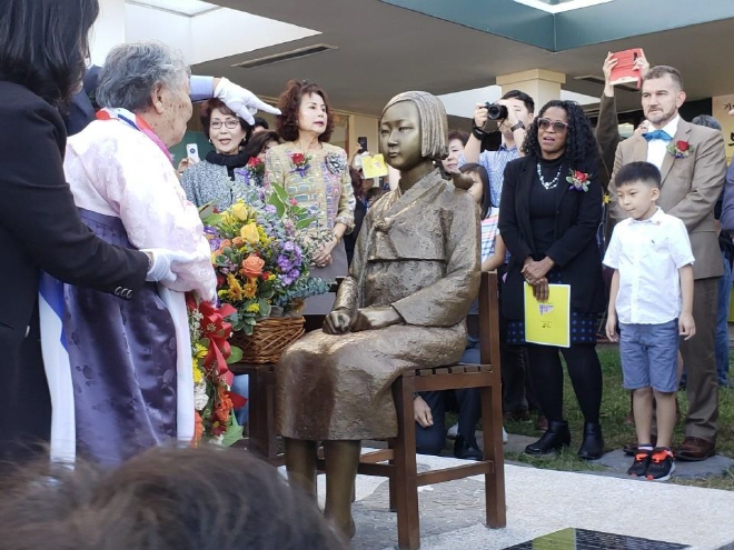 A ceremony is underway to mark the unveiling of a statue of a girl symbolizing Korean victims of Japan's wartime sexual enslavement in Annandale, Virginia, on Oct. 27, 2019. (Yonhap)