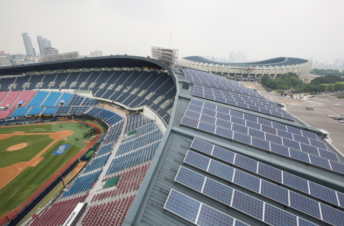 Solar modules installed on the roof of the Jamsil Baseball Stadium in Seoul. (image: Seoul Metropolitan Government)