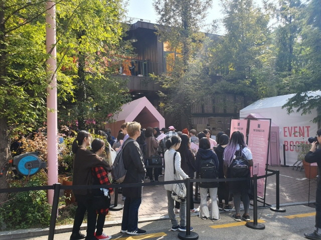Fans form a long queue to enter K-pop sensation BTS' pop-up store, the House of BTS, in southern Seoul on Oct. 18, 2019. (Yonhap)