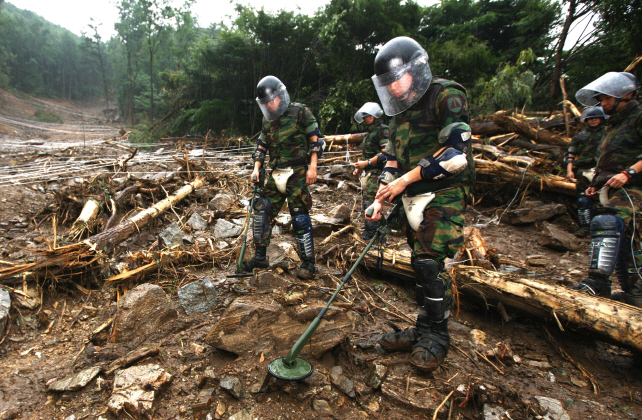 Soldiers search for landmines around Mount Umyeon in Seoul on July 31, 2011. (image: Capital Defense Command)