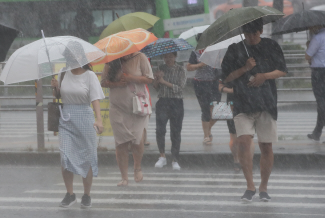 Among the weather alerts, the index fell sharply on days when heavy rain and cold warnings went into effect. (Ynhap)